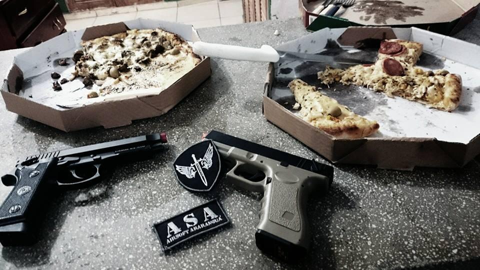Taurus PT99, Glock G18C e pizza.
